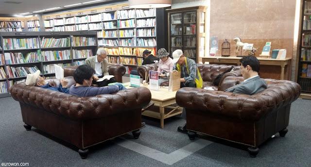 Sofás para leer libros en una librería de Seúl en Corea del Sur