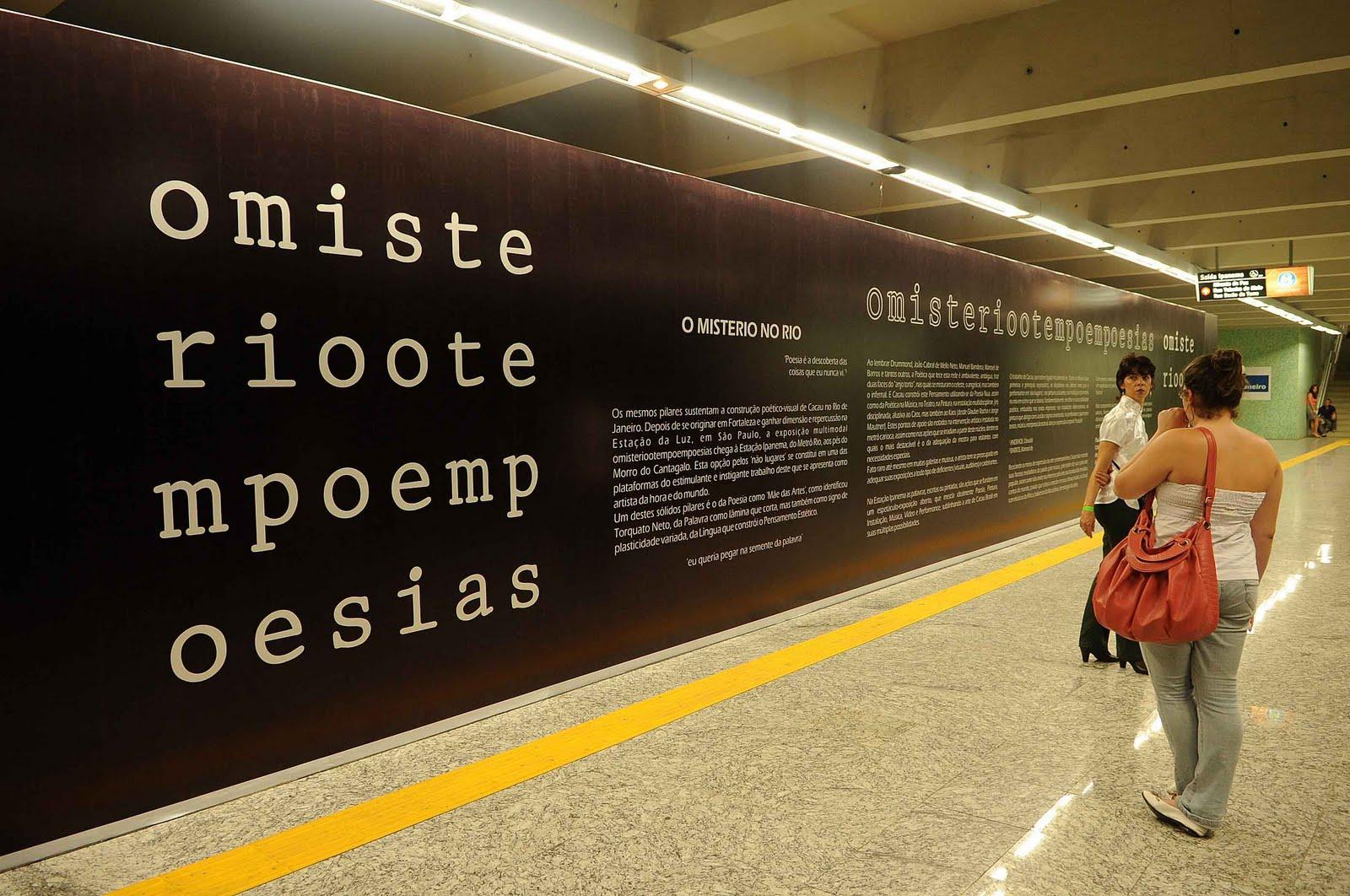Pessoas caminhando. Vários textos escritos na parede