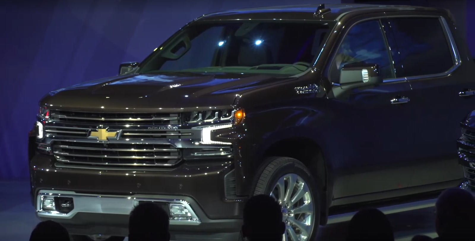 2019 Chevrolet Silverado Unveiled, Drops 450 Pounds, Gains Straight-Six Diesel