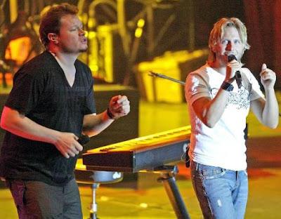 Foto de Sin Bandera en el escenario