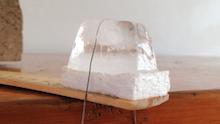 Percobaan Memotong Es Batu dengan Benang