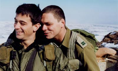 gej-ljubav-u vojnoj-kasarni