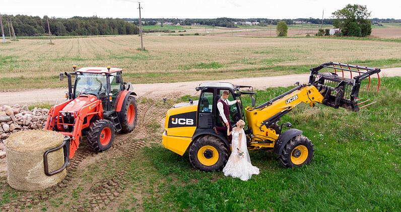 vestuvių fotosesija su traktoriais