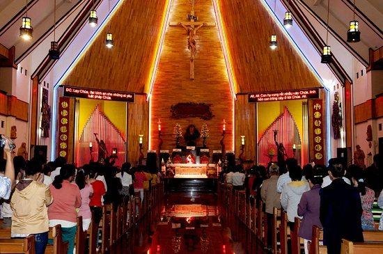 Bên trong nhà thờ Tắc Sậy