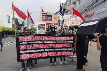 Gerakan Daulat Rakyat Bawa Keranda Mayat Hitam Ke Bawaslu