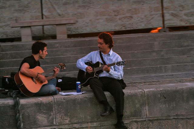 The River Seine. Guitarists. Paris. Night. Набережная Сены. Гитаристы. Париж. Ночь.