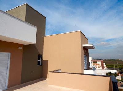 A suíte do casal possui um amplo terraço suspenso sobre a garagem para dois carros. Todas as superfícies externas da casa são revestidas com texturas pigmentadas na fábrica da Van Blaster.