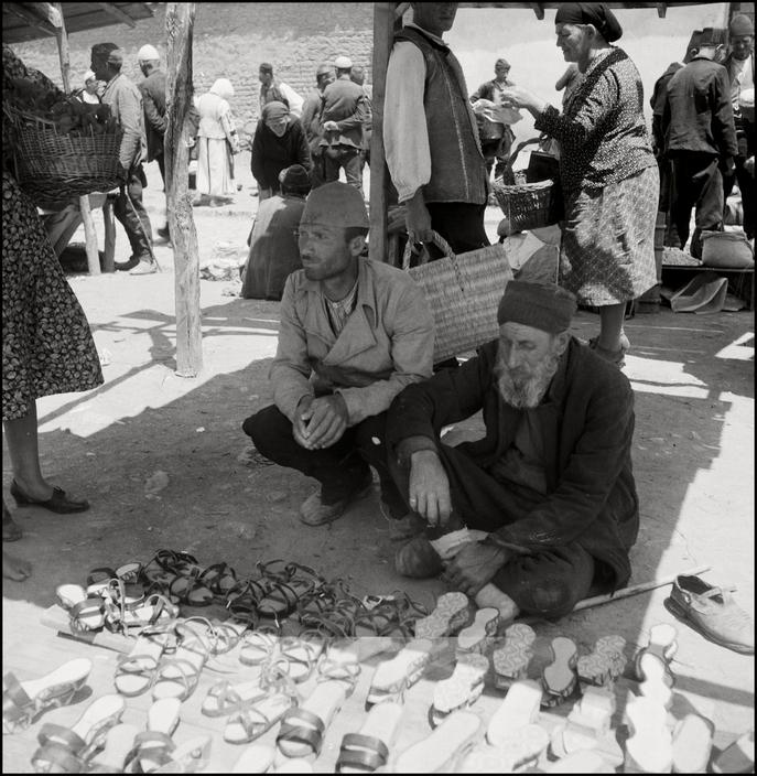 Крымскотатарские торговцы обувью, 1943 год