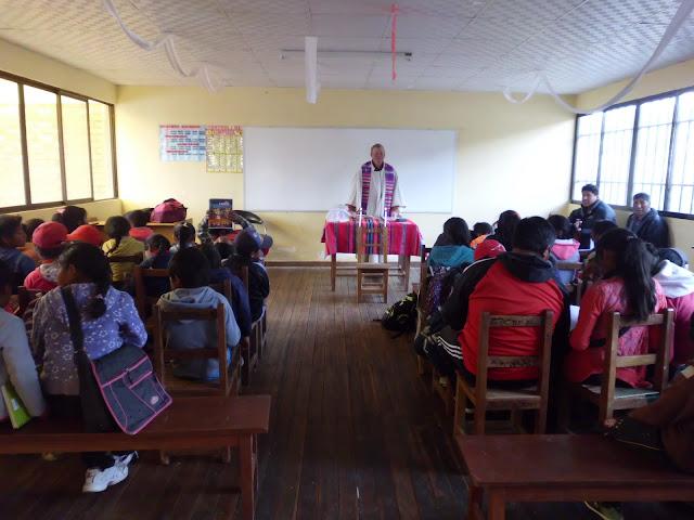 Nach den Maleinlagen mit den Schülern geht der Gottesdienst weiter