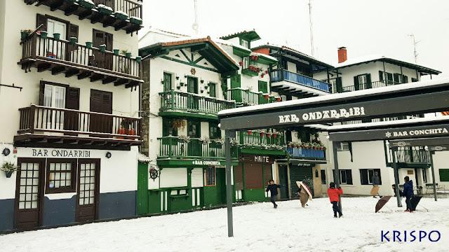 niños de hondarribia jugando con la nieve en la calle san pedro