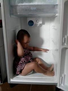 Gambar unik dp bbm dingin anak kecil ngadem di kulkas