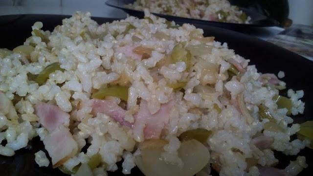 Arroz integral con bacon, cebolla y pimiento verde