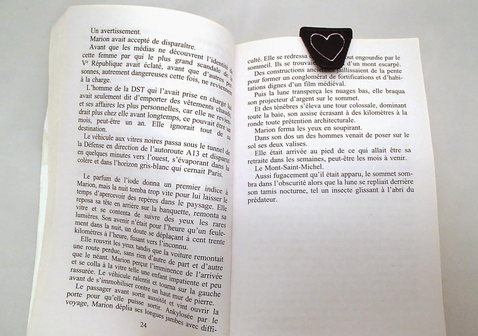 Marque page avec rabat en cuir noir dans un livre