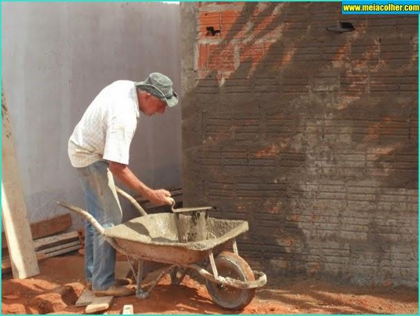 pedreiro chapiscando a parede