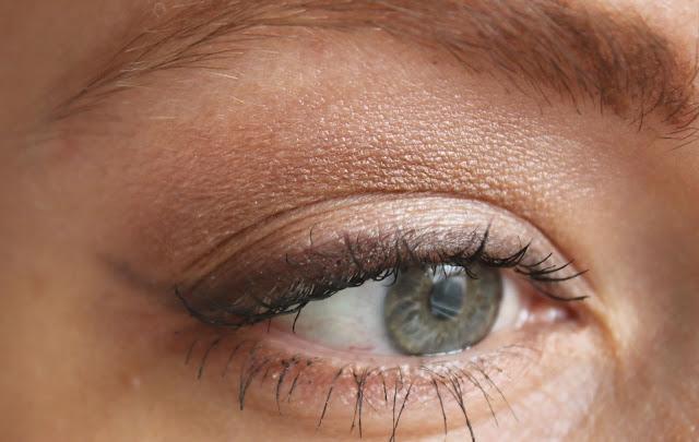 нейтральный бежевый макияж глаз со стрелочкой