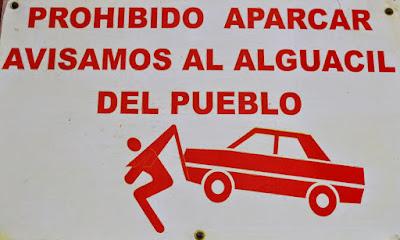 Prohibido aparcar , avisamos al alguacil del pueblo, Beceite, Beseit