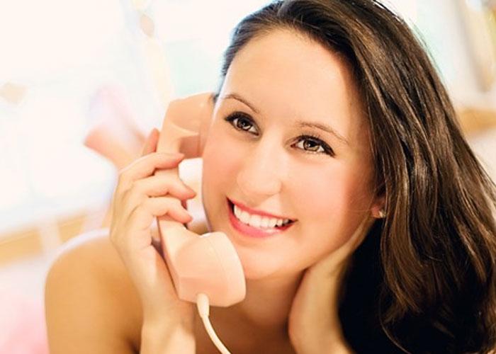 mulher ligando para o marido no telefone