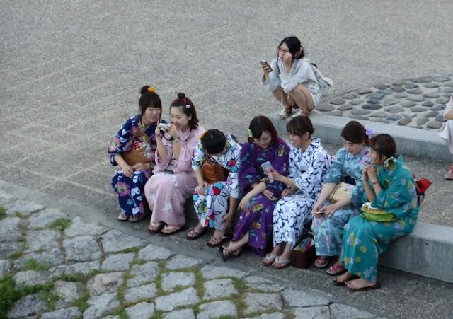 Muchachas en kimono en el río de Kioto