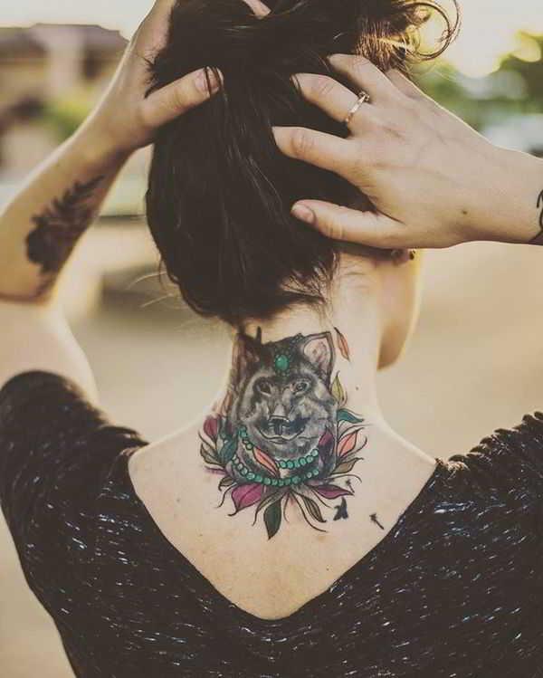 Vemos a una mujer tatuda con tatuajes sexys