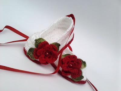 calçados com flores de crochê diversas