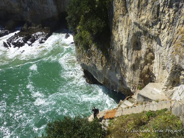 Escalera al mar del Faro del Caballo, Santoña, por El Guisante Verde Project