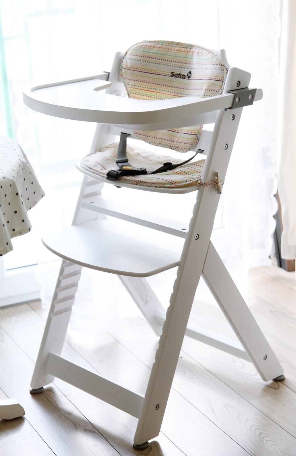Białe krzesełko do karmienia