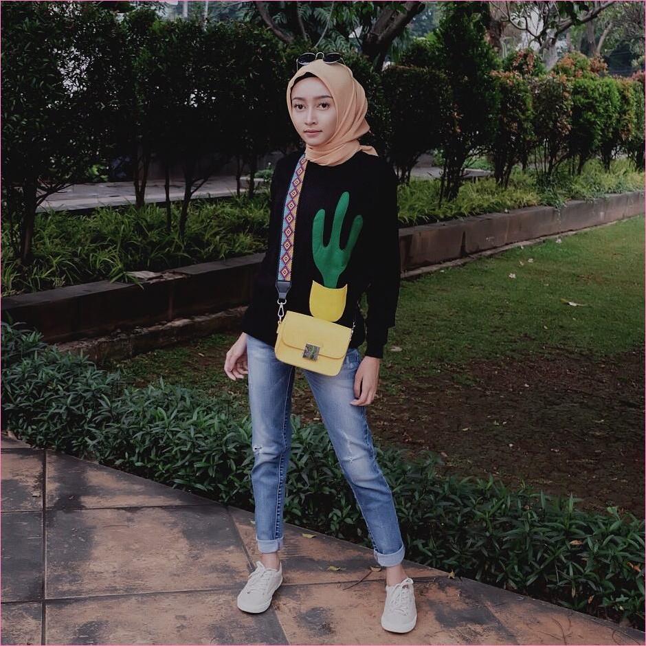 Outfit Celana Jeans Untuk Hijabers Ala Selebgram 2018 kacamata bulat sweaters bermotif pohon kaktus hitam slingbags kuning muda kerudung segiempat hijab square krem pants jeans denim kets sneaker putih ootd trendy