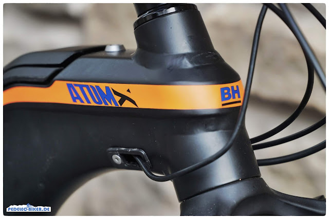 Ganz in schwarz mit kleinen orangenen und blauen Akzenten kommt das Atom-X Lynx 2019 daher.