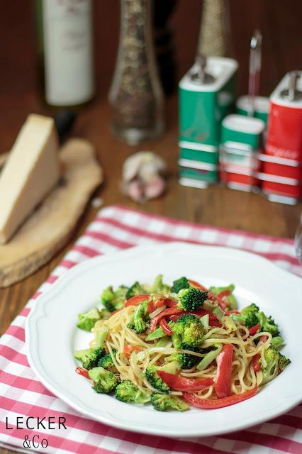 Spaghetti, Brokkoli, Paprika, Zwiebeln, chili, italienisch, Italien, Foodblogger, Blogger, Rezepte, Tina Kollmann, LECKER&Co, leckerundco, lecker und co, lecker co, Nürnberg, Fürth, Pasta Rezept, Nudeln mit Gemüse, leckere Pasta, schnelles Rezept, einfaches Rezept, einfache Nudeln