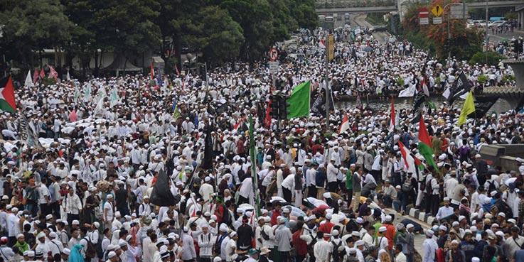 Umat muslim yang tergabung dalam Forum Umat Islam (FUI) mengikuti aksi 313 di Kawasan Patung Kuda Jakarta.