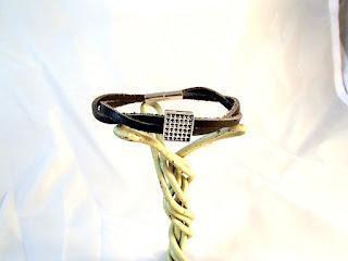 Vue d'ensemble d'un bracelet cuir noir tressé décoré d'un motif à point