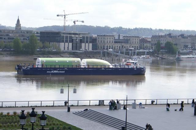 Airbus A380 gövdesi deniz yolu ile taşınıyor. Bordeaux Limanı, Fransa
