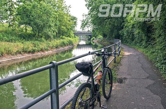 Gli ultimi chilometri di natura prima di giungere a Monza. Il fondo della ciclabile è tornato asfaltato.