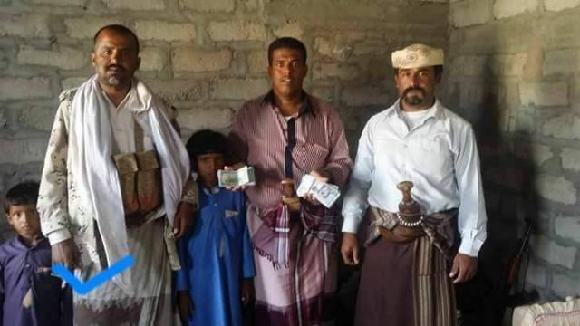 بالصوره يمني يعثر على مبلغ سعودي كبير ويفعل هذا الامر