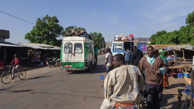 Every hour drives a bus to Bamako from Siby