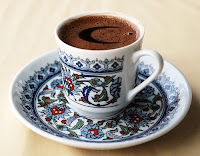 Üzerindeki köpüğünde bir hilal deseni olan bir fincan Türk kahvesi