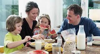Keluarga sehat dengan komsumsi makanan sehat