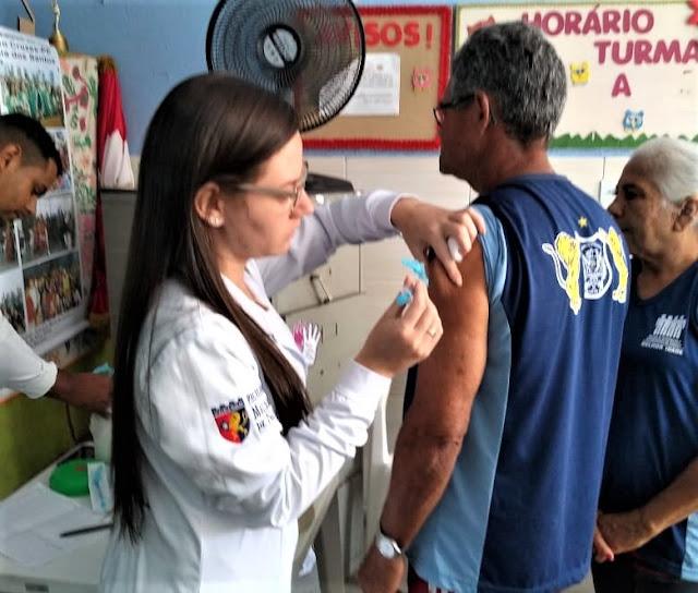 Equipes no Posto de Saúde Cruzes I, realizando vacinação para os integrantes do grupo da Melhor Idade, Serviço de Convivência e Fortalecimento de Vínculos - SCFV Idosos de Cruzes