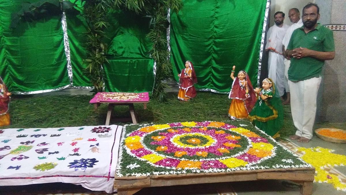 Jhabua News-श्री गोवर्धन नाथ मंदिर में शनिवार को सांजी पर्व का हुआ भव्य आयोजन