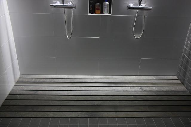 Puuritilä jalkojen alla tuo kylpyhuoneeseen tunnelmaa