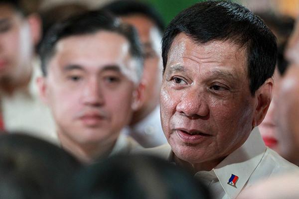 Presidente Rody Duterte após demitir empregado de longa data e outras 91 pessoas
