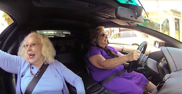 Video de dos abuelitas que van al supermercado en un Lamborghini Murciélago se vuelve viral
