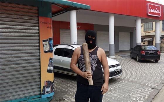 Desarmados e indefesos, comerciantes prometem enfrentar saqueadores em Cachoeiro do Itapemirim (ES) com facão e porretes