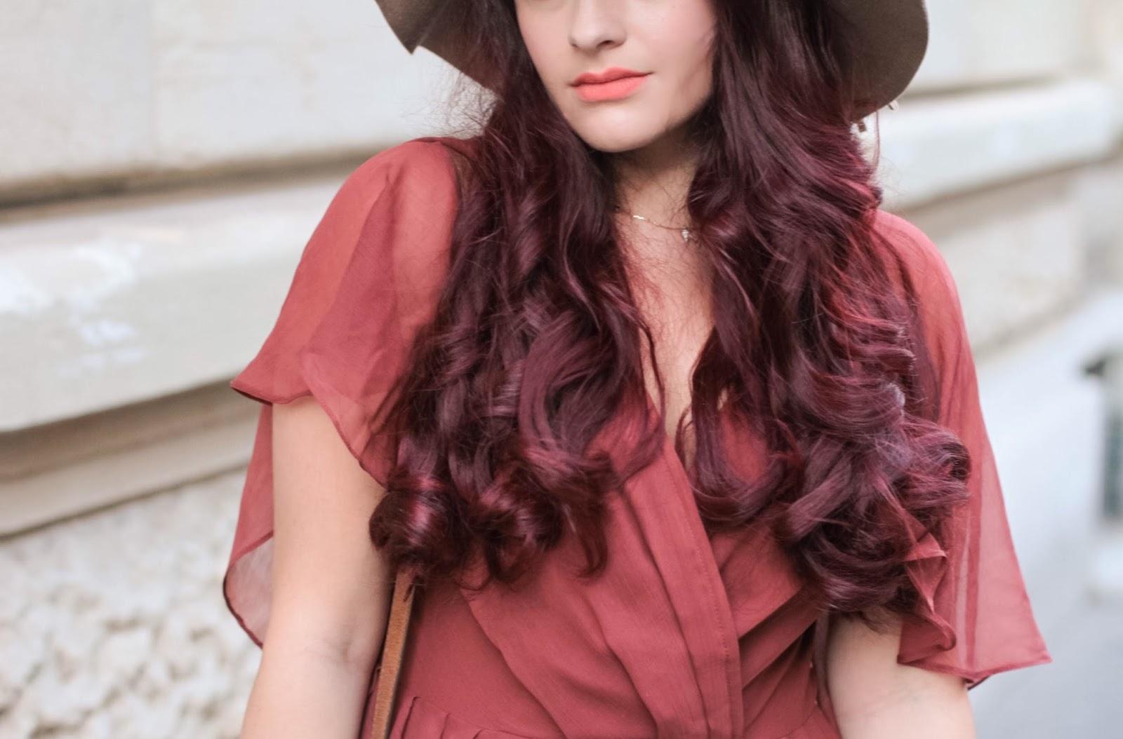 cheveux rouges bouclés