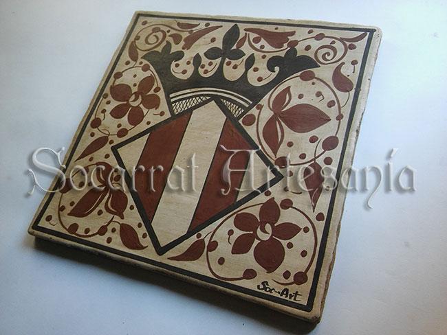 Esta imagen nos muestra el escudo de la ciudad de Valencia, datado en el siglo XV. Realizado en cerámica de manera artesanal. Socarrat Artesanía. Soc-Art. Camateu