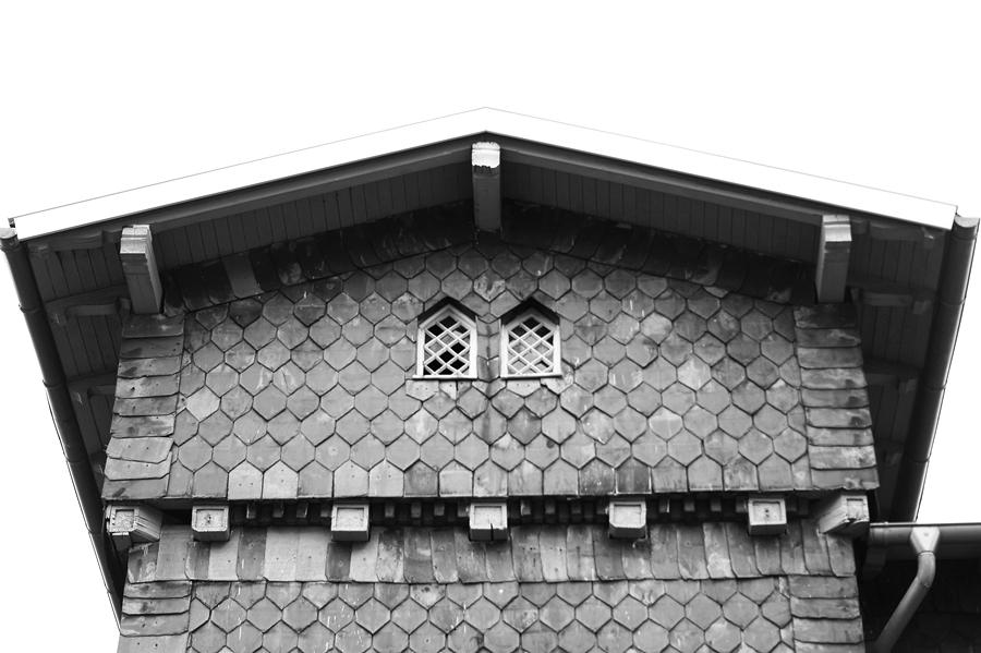 Blog + Fotografie by it's me fim.works - Bahnhof Dissen, Schieferfassade, Giebel in Schwarzweiß
