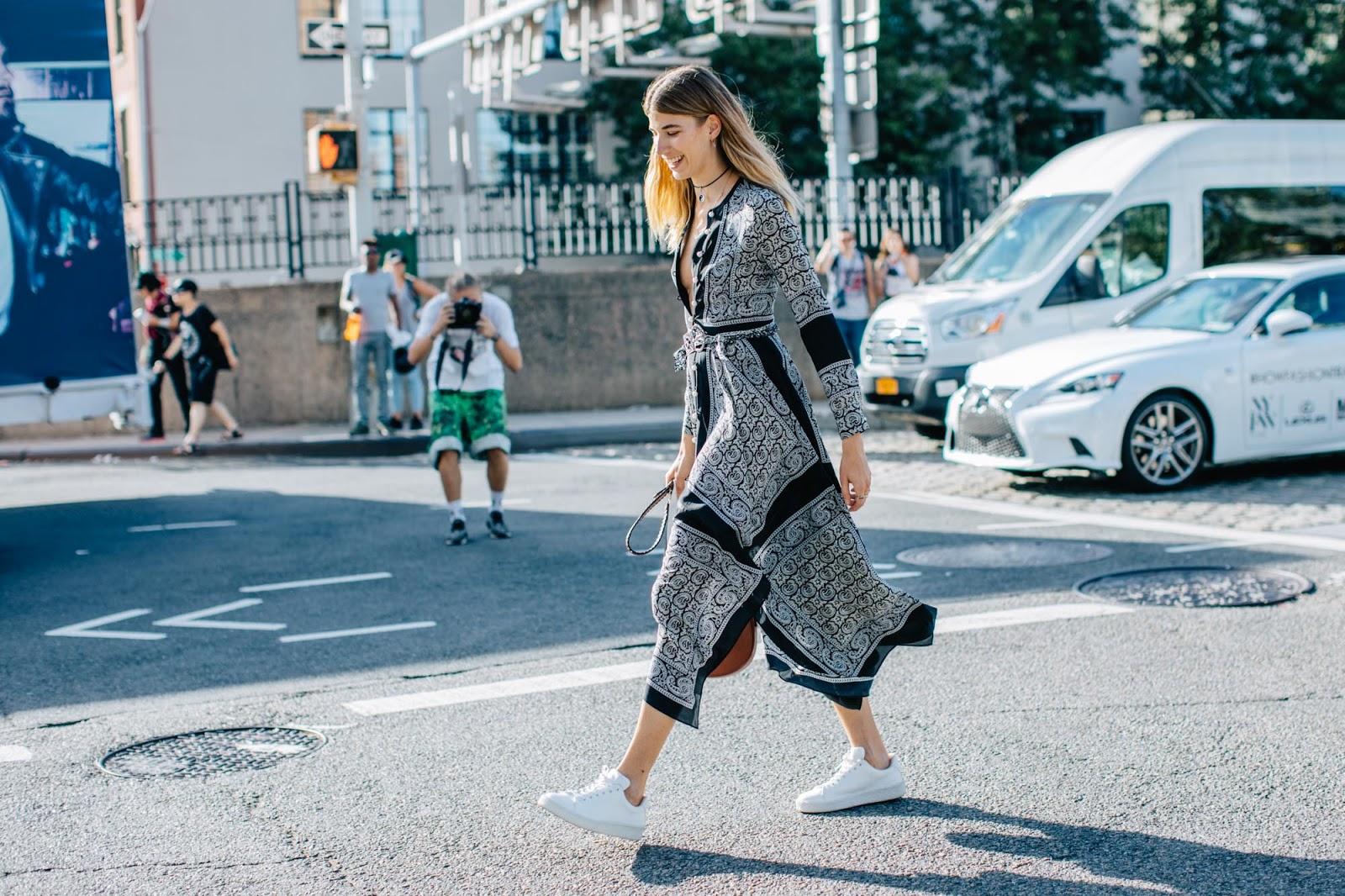 Jak nosić sneakersy? Ponad 35 inspirujących stylizacji