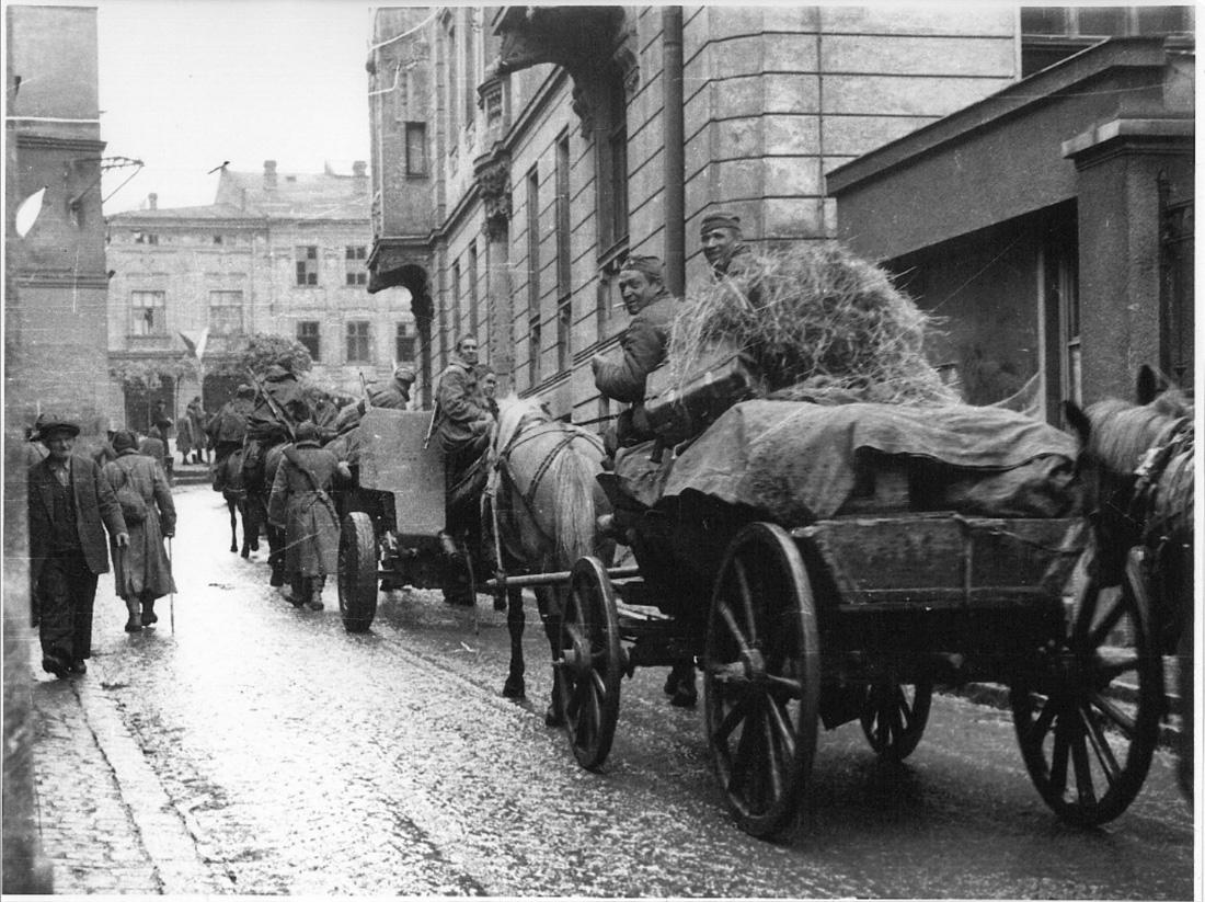 Колонна Красной Армии проходит через Пршибор