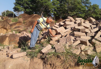 Bizzarri procurando pedra folheta na cor vermelha para fazer um calçamento de pedra na cidade de Sorocaba-SP sendo calçamento de pedra na rua com as guias de pedra com pedra folheta. 22 de setembro de 2016.