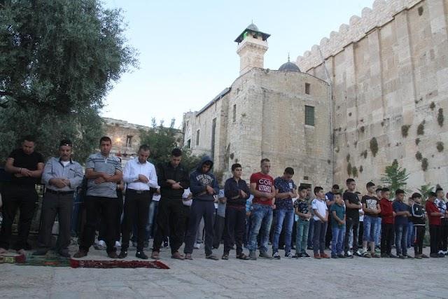 أداء صلاة عيد الفطر في الحرم الابراهيمي بالخليل